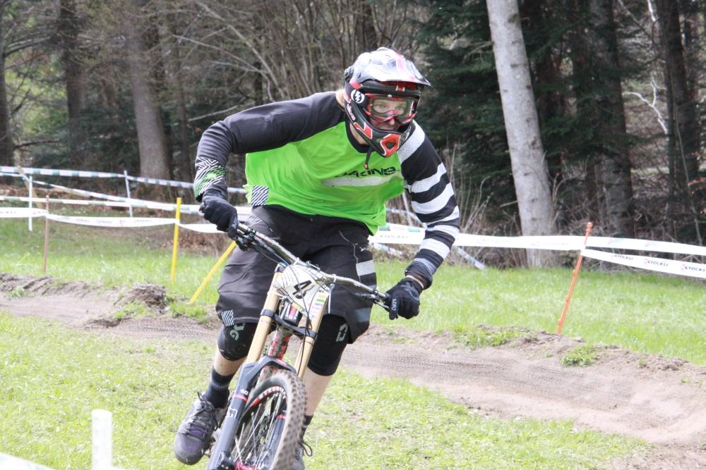 Ramon Hunziker, bester Schweizer Dirtjumper, unterwegs mit dem Downhill Bike auf der Dual-Eliminator Strecke (Fotograf: Florian Gärtner)